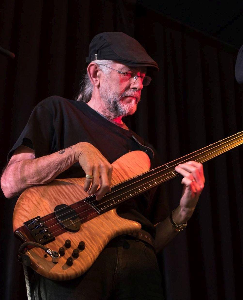 Paulo with Konig fretless, 2016 (photograph courtesy Sally Foster Photography)